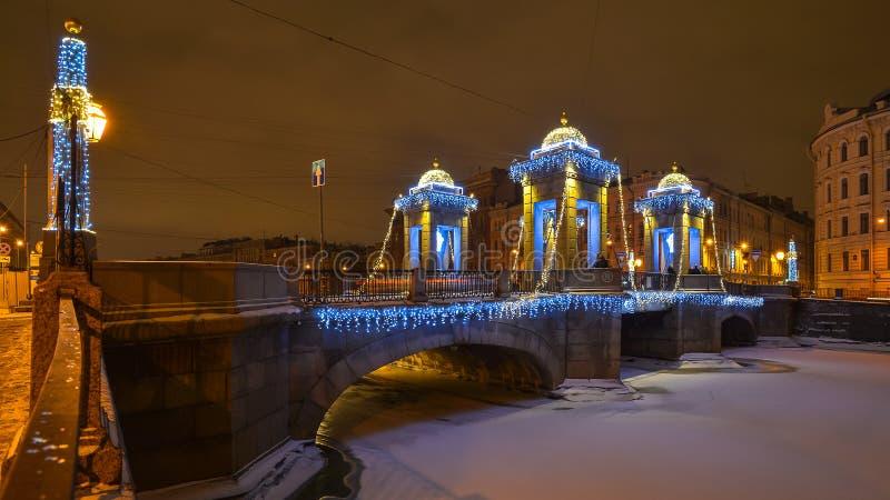 Pont de Lomonosov dans la nuit d'hiver de St Petersburg photographie stock libre de droits