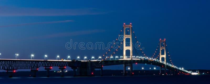 Download Pont de mackinaw la nuit photo stock. Image du nuit, ville - 45368848