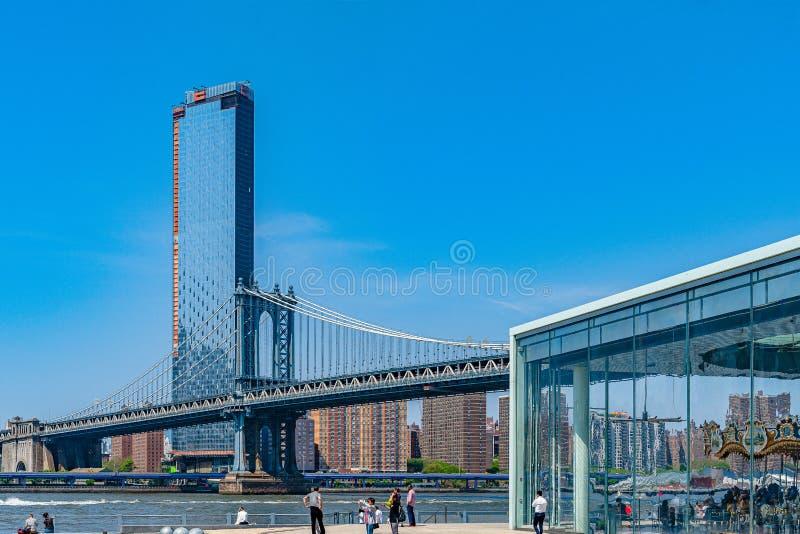 Pont de Manhattan au-dessus de l'East River et condominium Manhattan New York City de bord de mer et carrousel de Brooklyn Jane photos stock