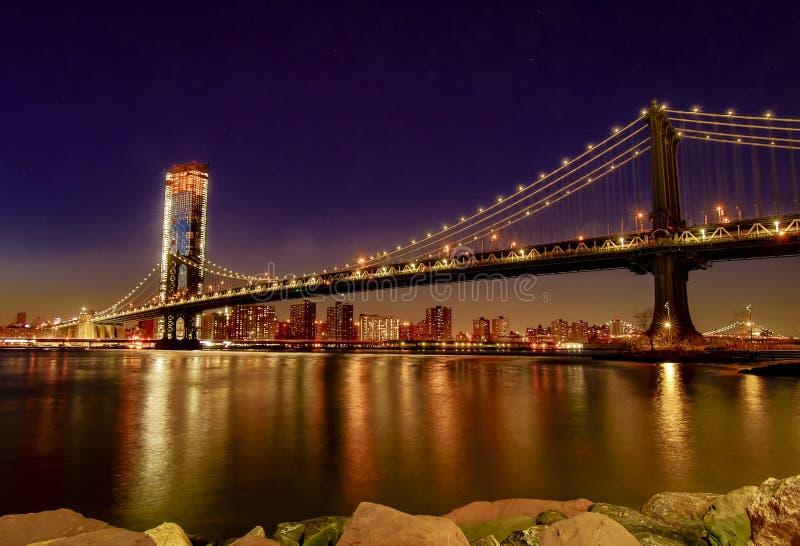 Pont de Manhattan, comme vu du parc d'abruti une heure après coucher du soleil, pendant l'heure bleue images libres de droits