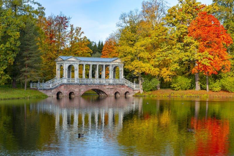 Pont de marbre dans l'automne d'or d'automne mûr en parc de Catherine, Pushkin, St Petersburg, Russie image libre de droits
