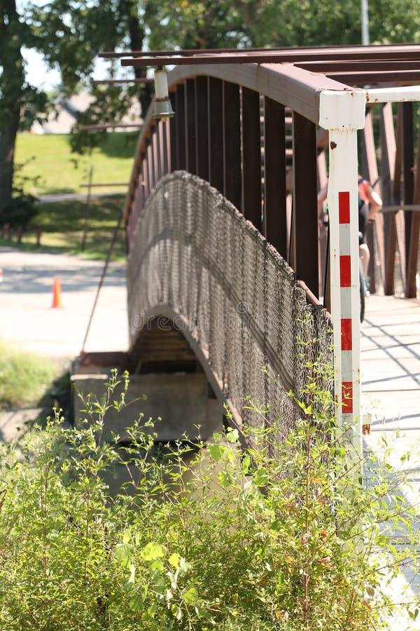 Pont de marche enjambant la rivière rouge images stock