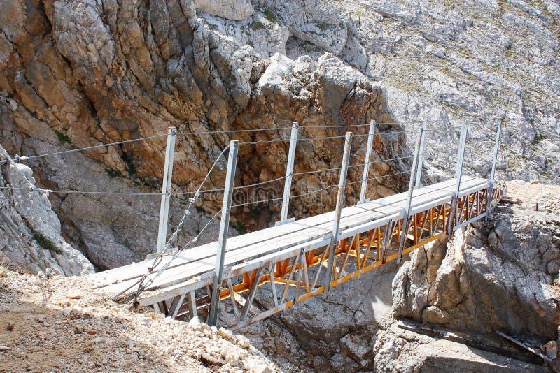 Pont de marche le long d'une traînée de montagne dans Dolomiti FANES photo stock