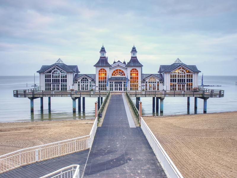 Pont de mer avec le restaurant dans la ville de Sellin, mer baltique, île de Ruegen, photos stock