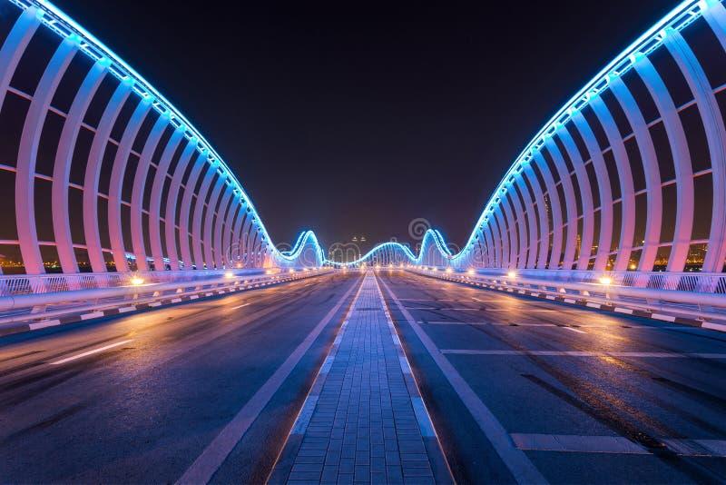 Pont de Meydaan à Dubaï avec la vue futuriste photographie stock libre de droits