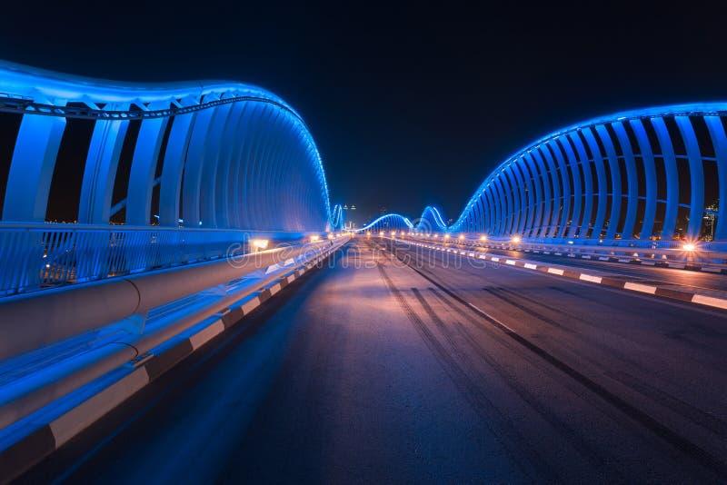 Pont de Meydan la nuit avec de belles lumières bleues image libre de droits