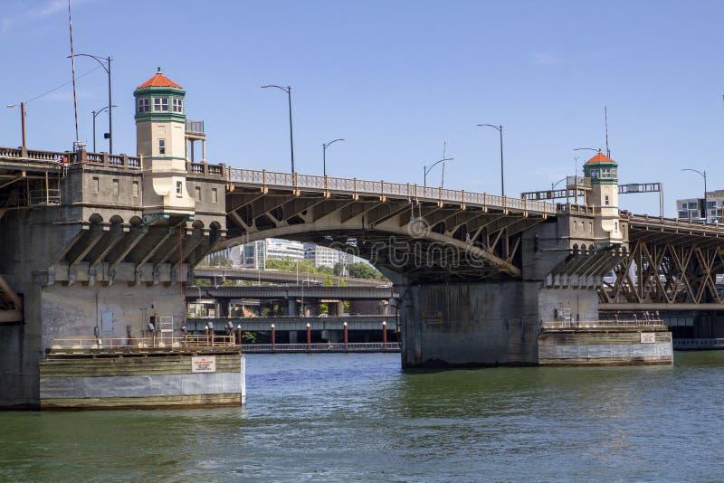Pont de Morrison sur Sunny Summer Day sur la rivière de Willamette à Portland Orégon image libre de droits