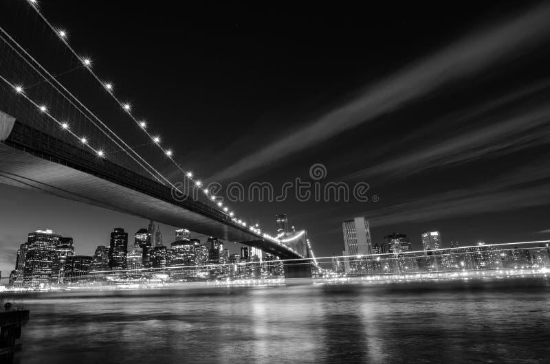 Pont de New York City, Brooklyn la nuit - New York, Etats-Unis - noir et blanc photographie stock libre de droits