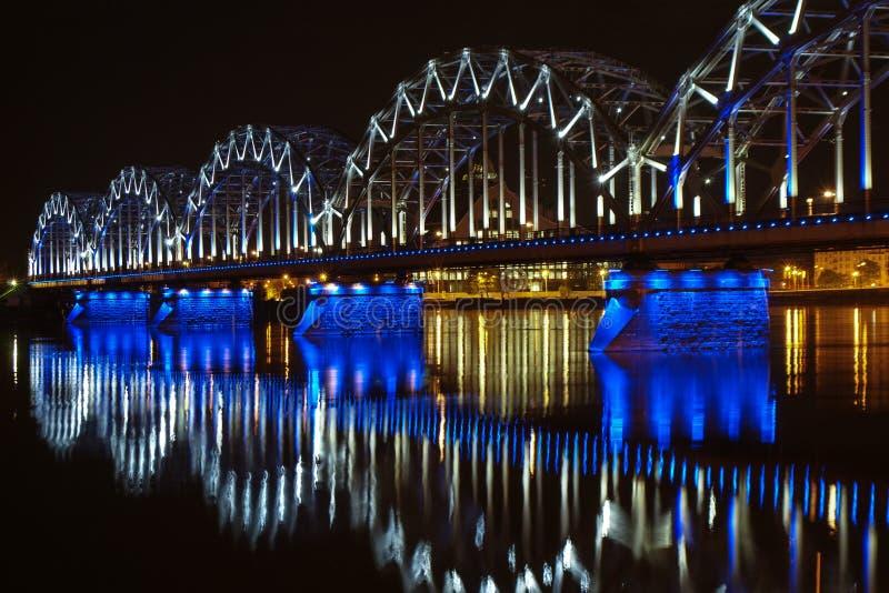 Pont de nuit à Riga images libres de droits