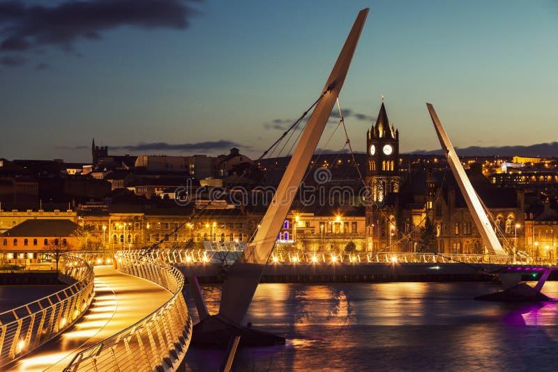 Pont de paix dans Derry photographie stock libre de droits