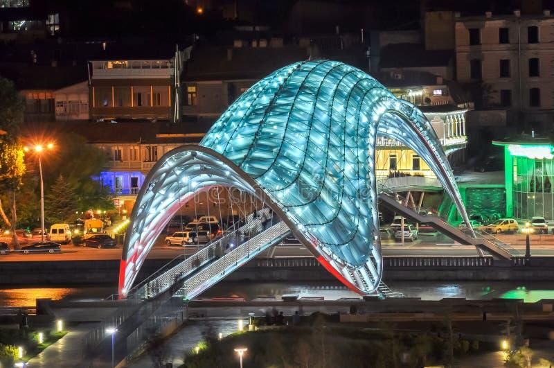 Pont de paix la nuit, Tbilisi, la Géorgie image stock