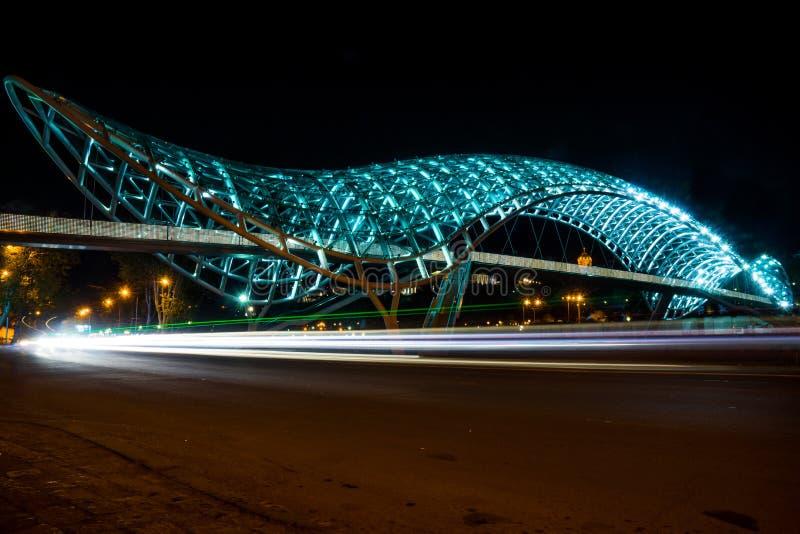 Pont de paix de Tbilisi la nuit image libre de droits