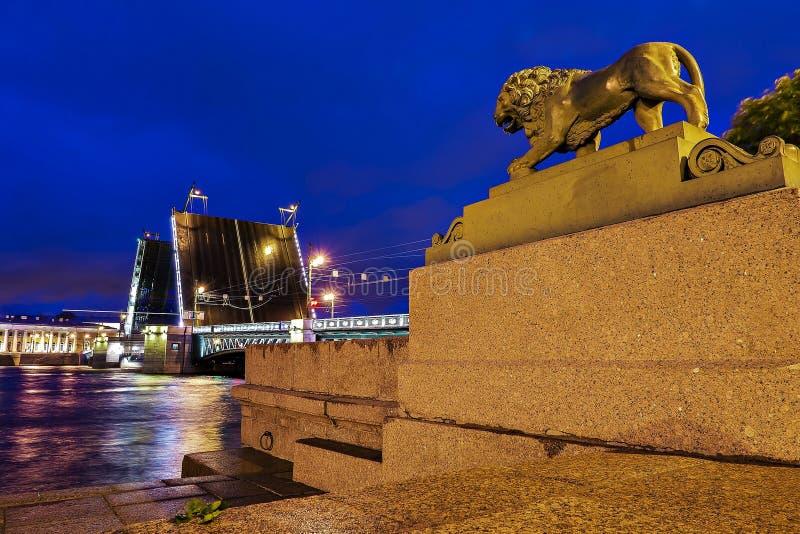 Pont de palais à travers Neva River à St Petersburg, Russie photographie stock