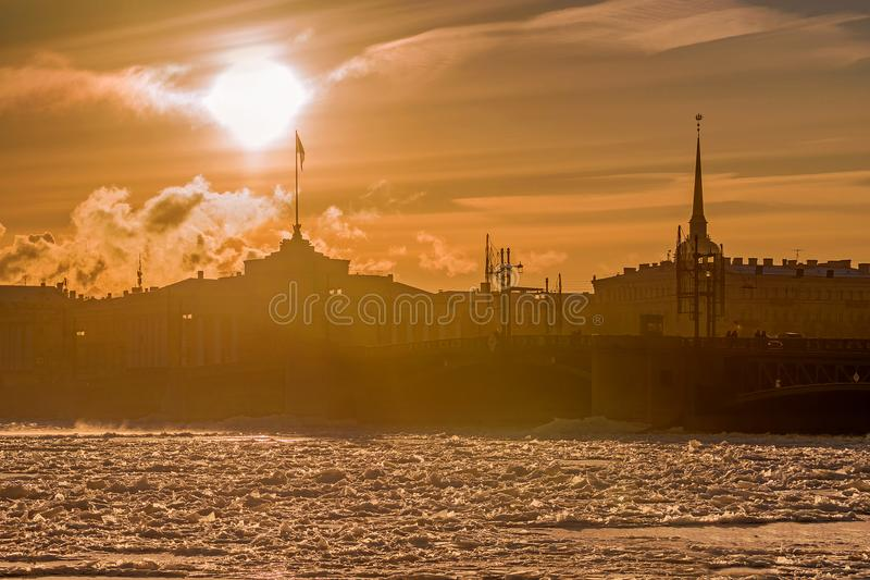 Pont de palais au coucher du soleil en hiver à St Petersburg, Russie photo libre de droits