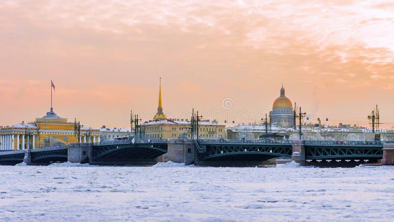 Pont de palais au coucher du soleil en hiver à St Petersburg, Russie photos stock