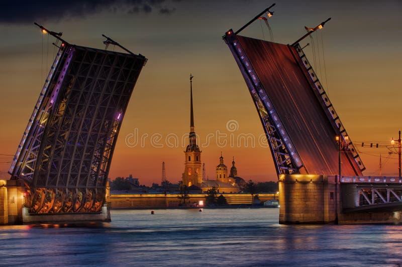 Pont de palais au-dessus du Neva photos stock