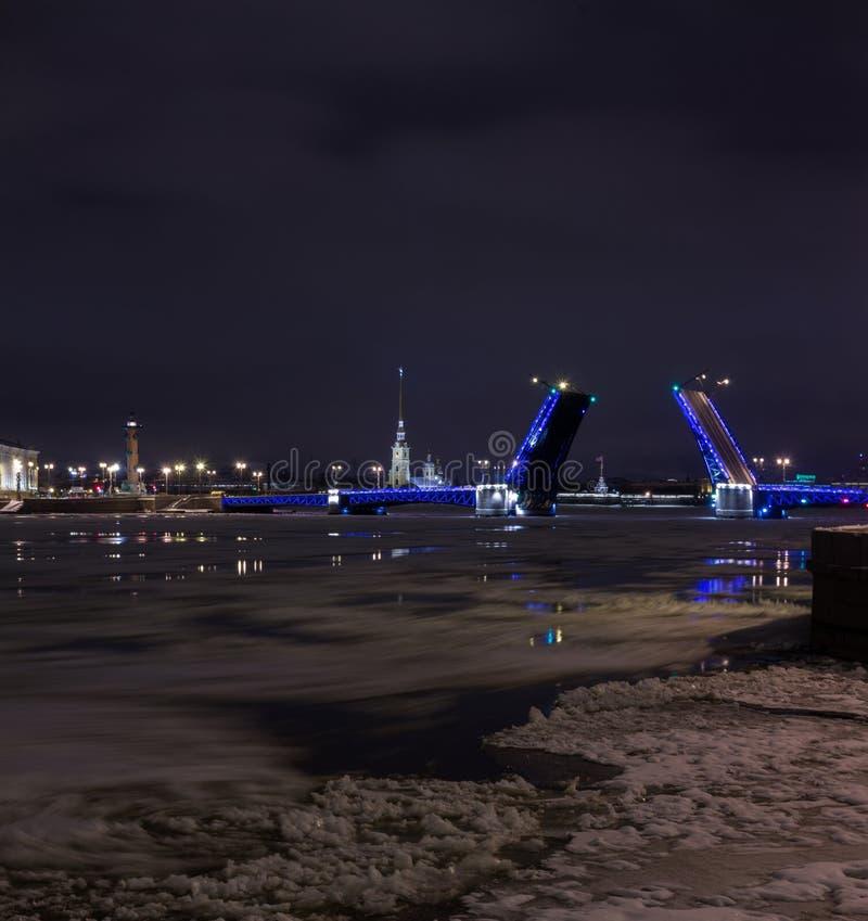 Pont de palais de divorce, St Petersburg, Russie photos stock