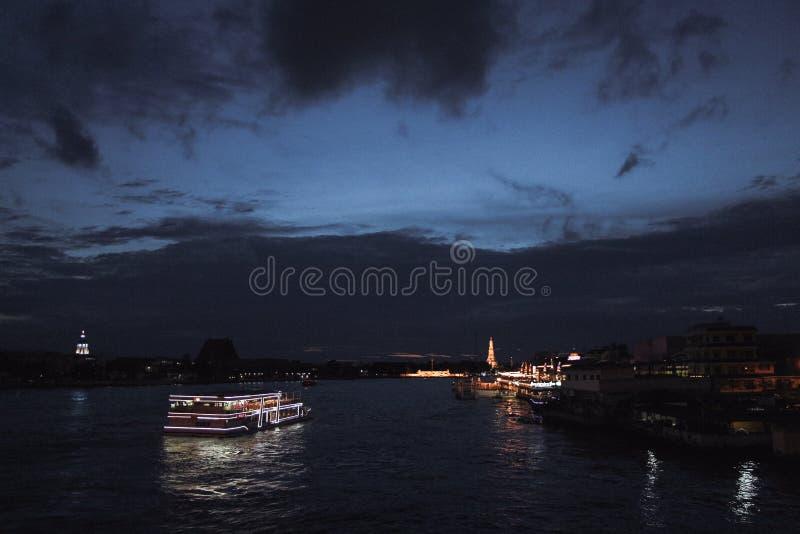 Pont de Phra Phutta Yodfa la nuit photographie stock
