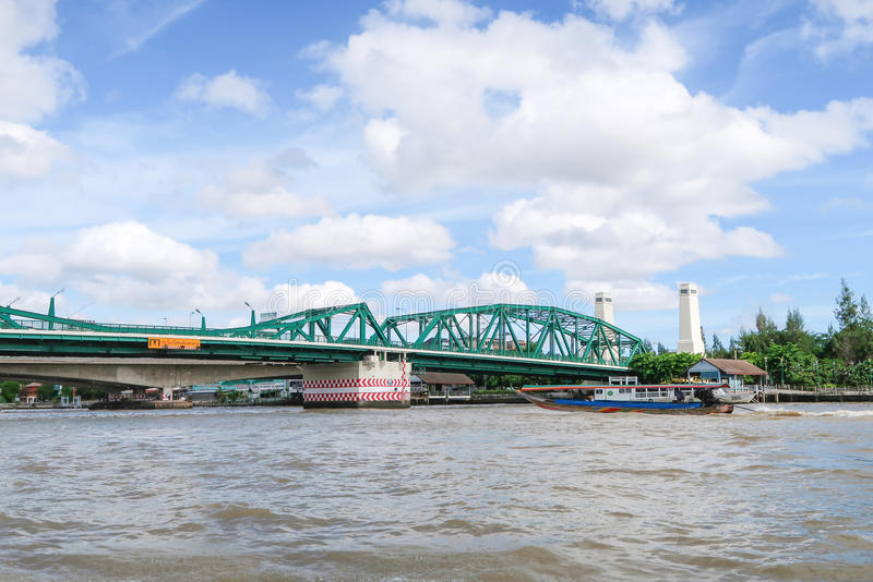 Pont de Phra Phuttha Yodfa au-dessus de Chao Phraya River, Bangkok, T photos libres de droits