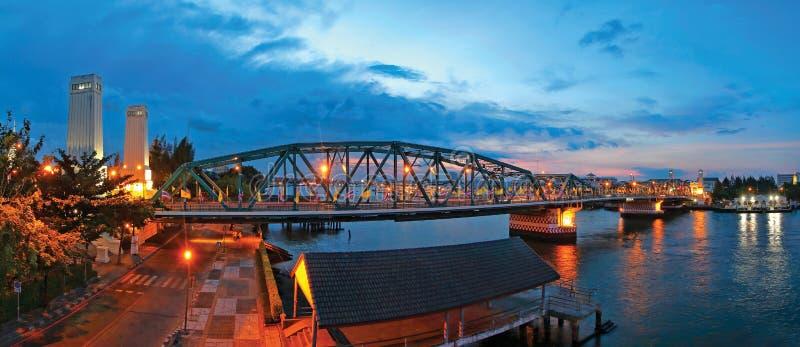 Pont de Phra Phuttha Yodfa, pont commémoratif, à travers au-dessus du Chao photographie stock libre de droits