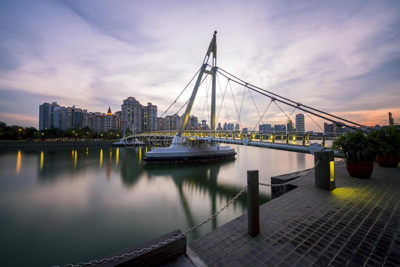Pont de pied de suspension de Tanjong Rhu la nuit de promenade de stade d'intérieur photographie stock