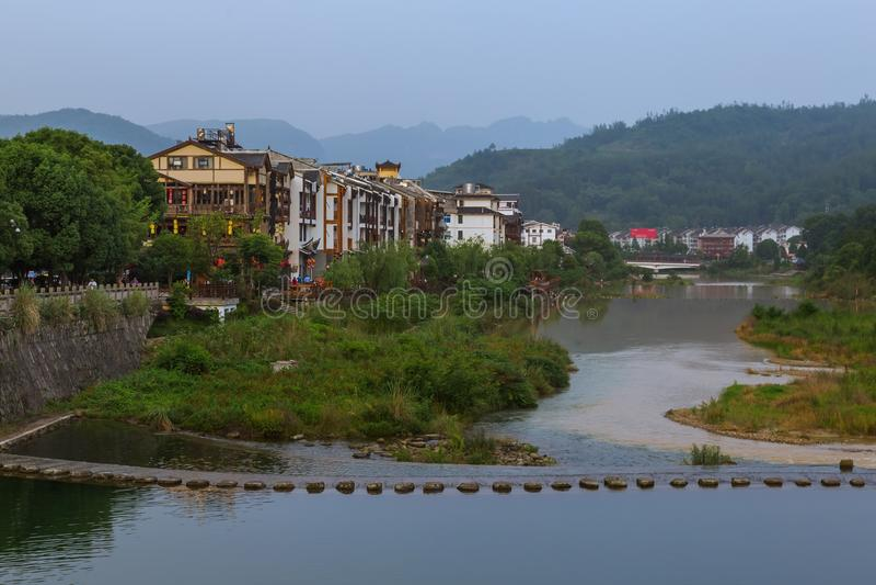 Pont de pierre à Wulingyuan - Parc naturel des montagnes Tianzi Avatar Chine photographie stock