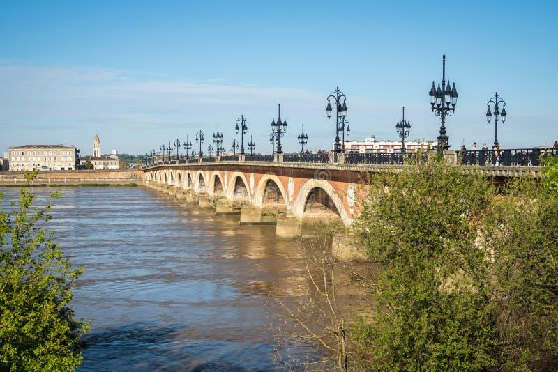 Pont de pierre над рекой Гаронна в Бордо Франции стоковые изображения rf