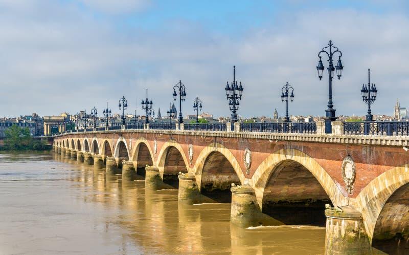 Pont de Pierre, un vecchio ponte in Bordeaux, Francia immagini stock libere da diritti
