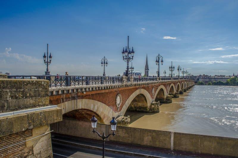 Pont de Pierre, vecchio ponte pietroso in Bordeaux, Francia fotografie stock