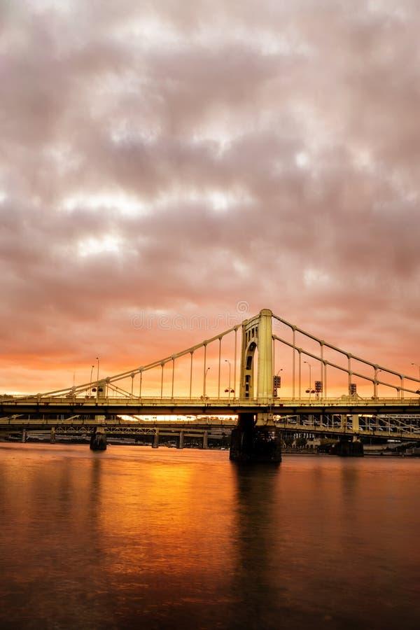 Pont de Pittsburgh au coucher du soleil image stock