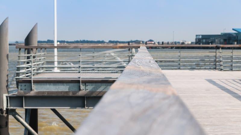 Pont de ponton moderne sur l'île de Noirmoutier photos stock