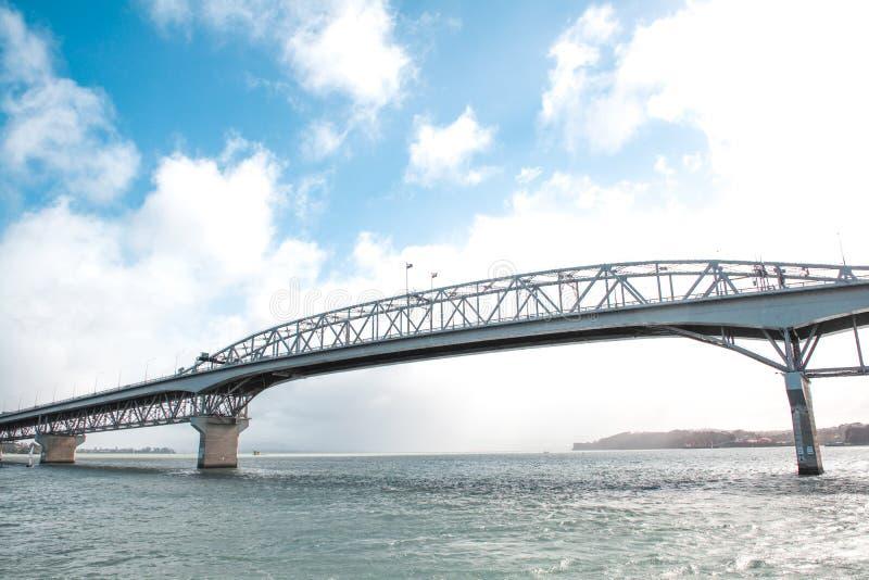 Pont de port d'Auckland contre le ciel bleu à Auckland, Nouvelle-Zélande photo stock