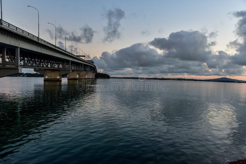 Pont de port d'Auckland s'étendant vers le rivage du nord image libre de droits