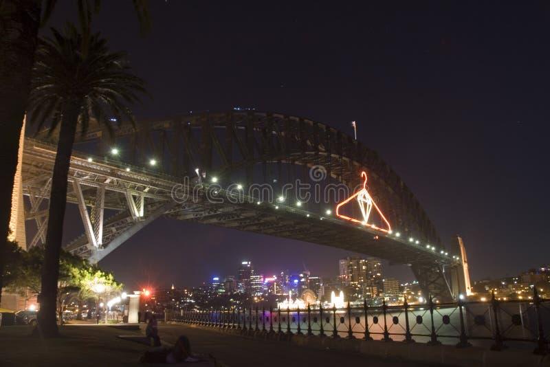 Pont de port pendant la nuit photo stock