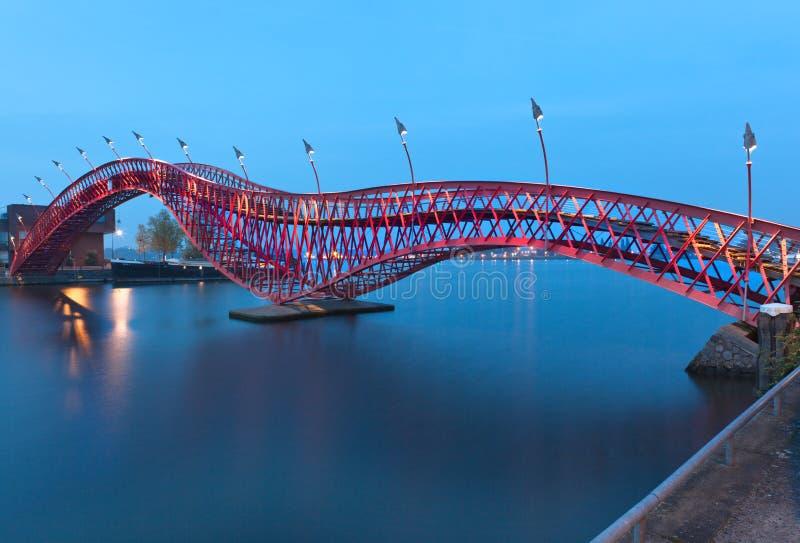 Pont de python à Amsterdam, Pays-Bas photographie stock libre de droits