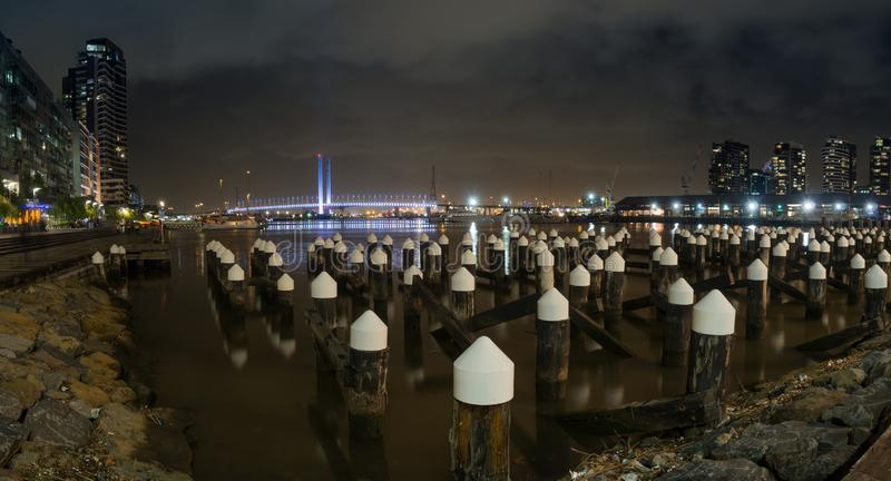 Pont de quartiers des docks et de Bolte de Melbourne la nuit photographie stock libre de droits