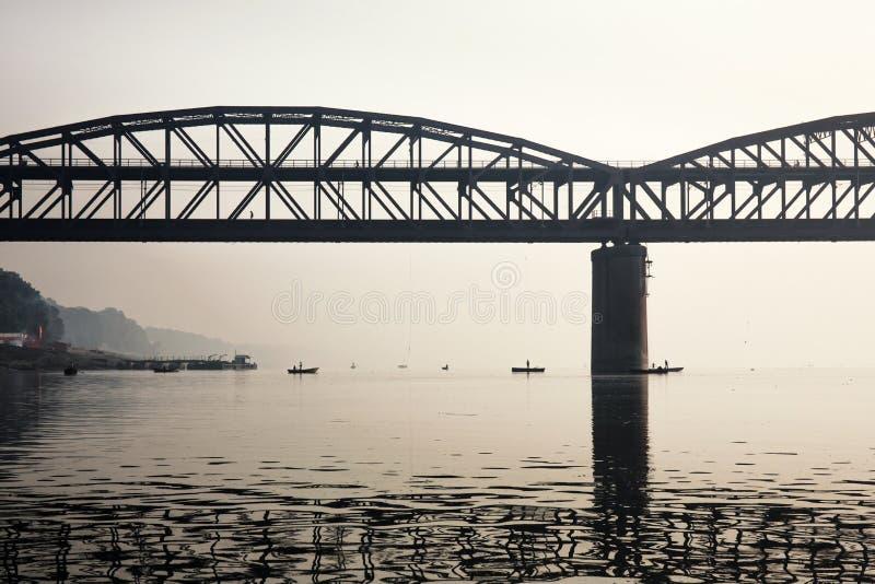 Pont de Rajghat sur la rivière le Gange au lever de soleil Également connu en tant que images stock