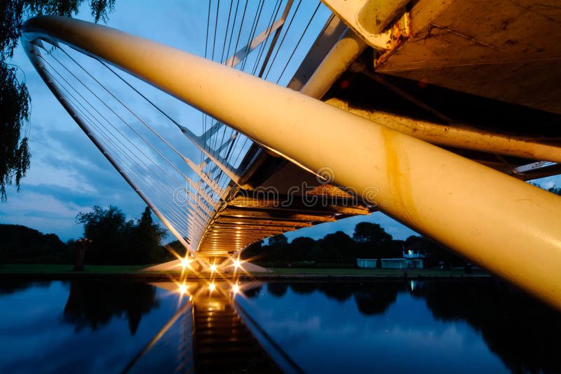 Pont de rivière au crépuscule image stock