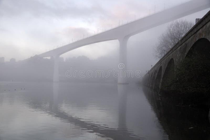 Pont de rivière de Misty Douro image libre de droits