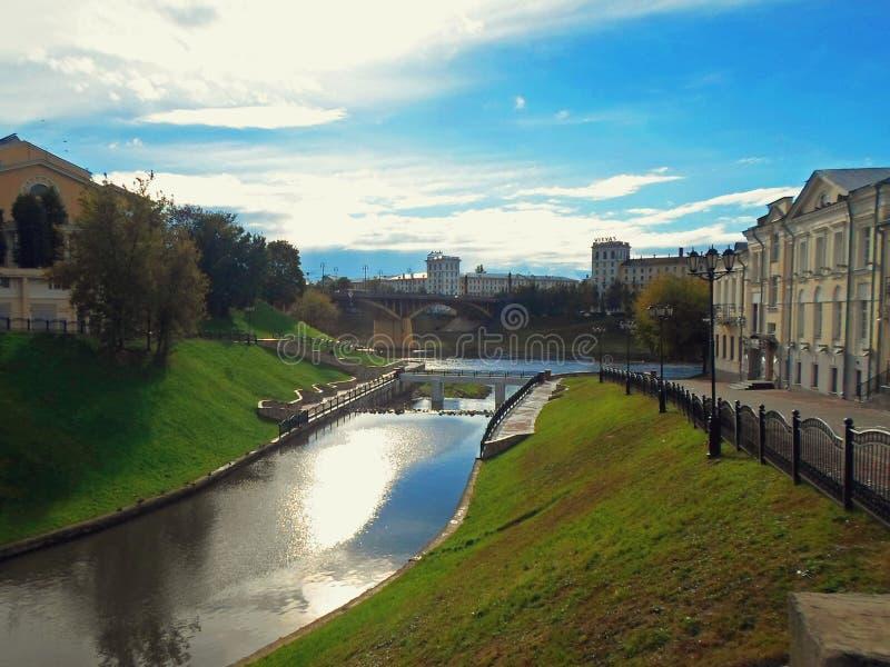 Pont de rivière Vitba et de Kirovsky à travers Dvina occidental photos stock
