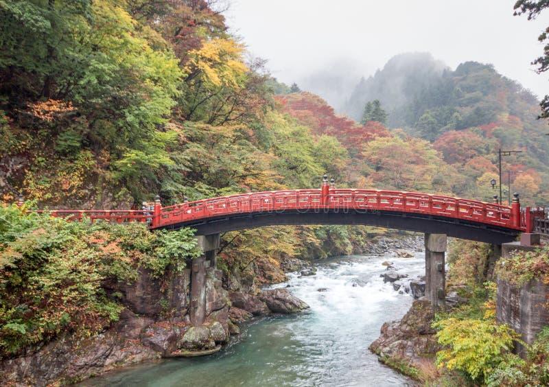 Pont de Shinkyo à Nikko Tokyo, Japon dans la saison d'automne image stock