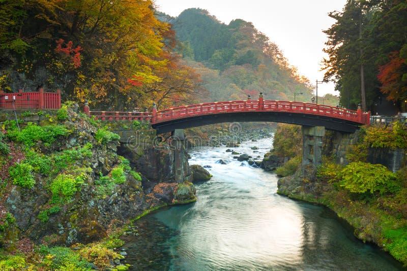 Pont de Shinkyo pendant l'automne à Nikko images libres de droits
