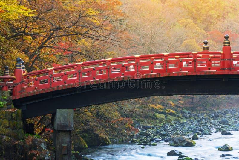 Pont de Shinkyo pendant l'automne à Nikko photographie stock libre de droits