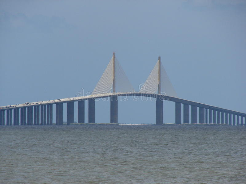 Pont de Skyway au-dessus de l'océan images libres de droits