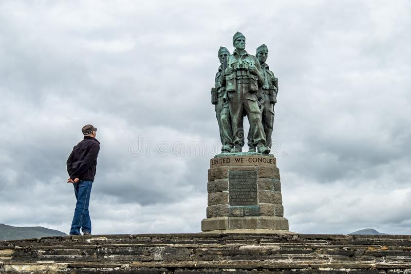 Pont de Spean, Ecosse - 31 mai 2017 : Équipez aller voir le mémorial de commando photo libre de droits