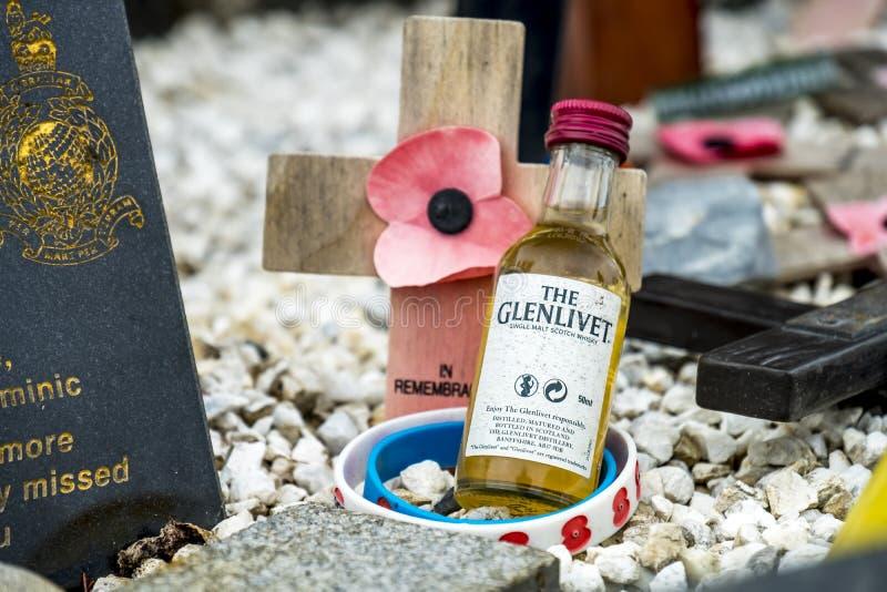 Pont de Spean, Ecosse - 31 mai 2017 : Endroit commémoratif pour tombé avec des pavots, des croix et une bouteille de whiskey photographie stock libre de droits