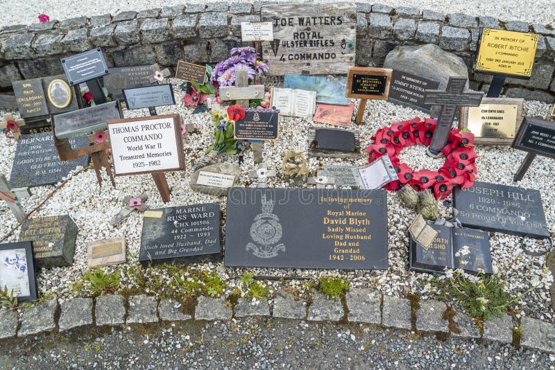 Pont de Spean, Ecosse - 31 mai 2017 : Endroit commémoratif pour tombé avec des pavots et des croix photo stock