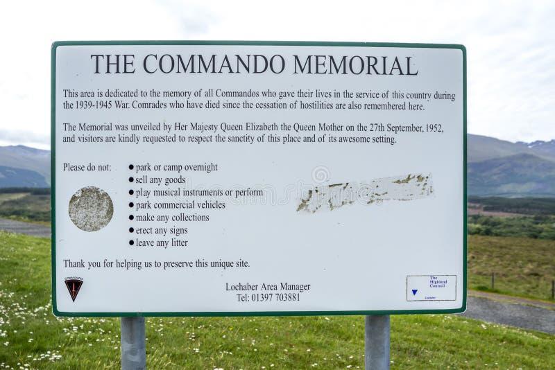 Pont de Spean, Ecosse - 31 mai 2017 : Signez expliquer le but du mémorial de commando photos stock