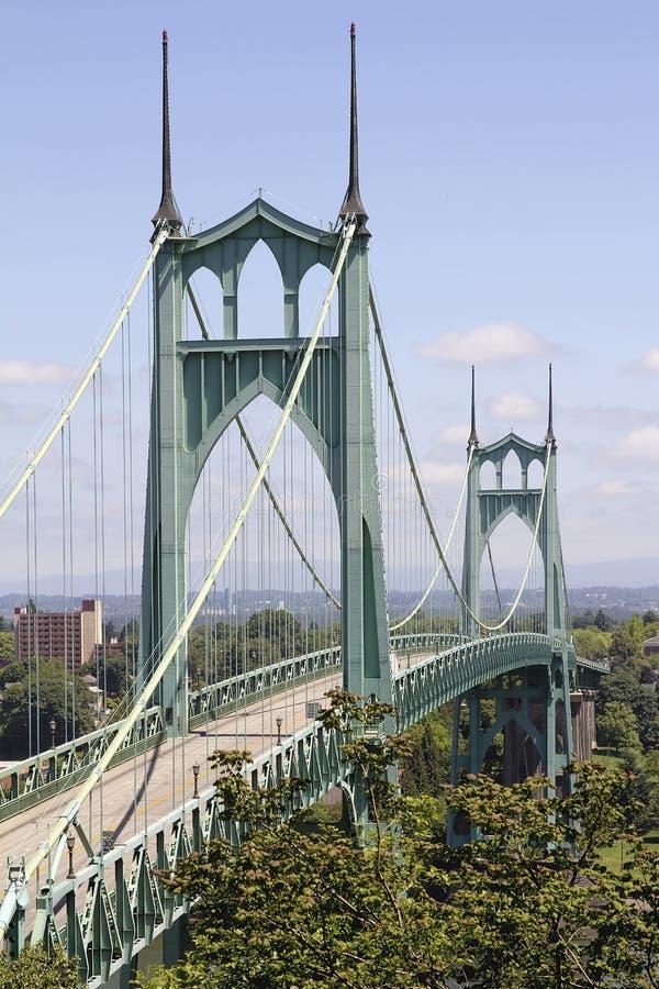 Pont de St Johns pour des véhicules au-dessus de rivière de Willamette image stock