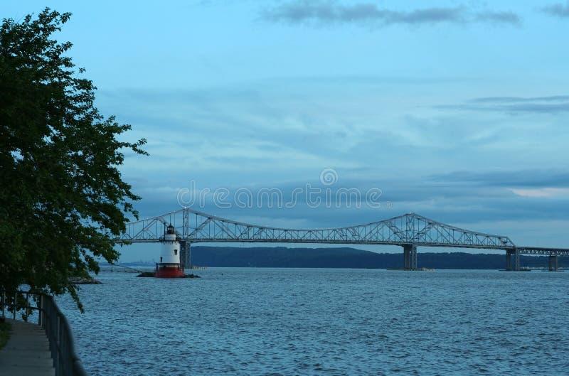 Pont de Tappan Zee et phare de Tarrytown image stock